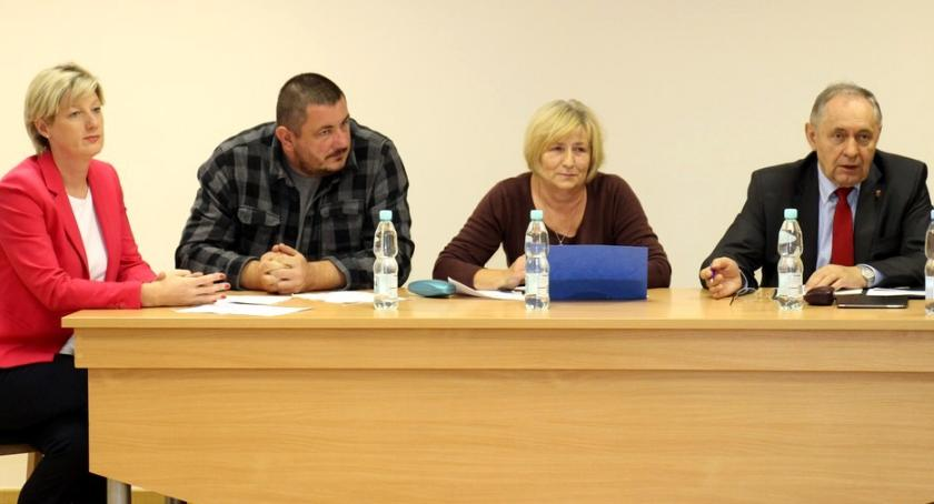 wojt rada urzad wybory zebrania, PRZEDWYBORCZA DEKLARACJA WÓJTA ZEBRANIU MIESZKAŃCAMI SIERAKOWA - zdjęcie, fotografia